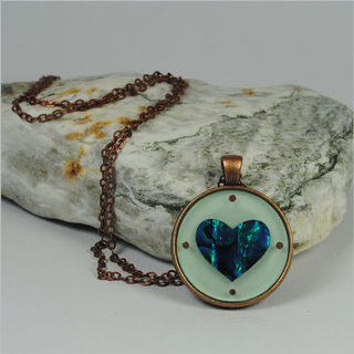 Circle Pendant Necklace: Paua Heart Green