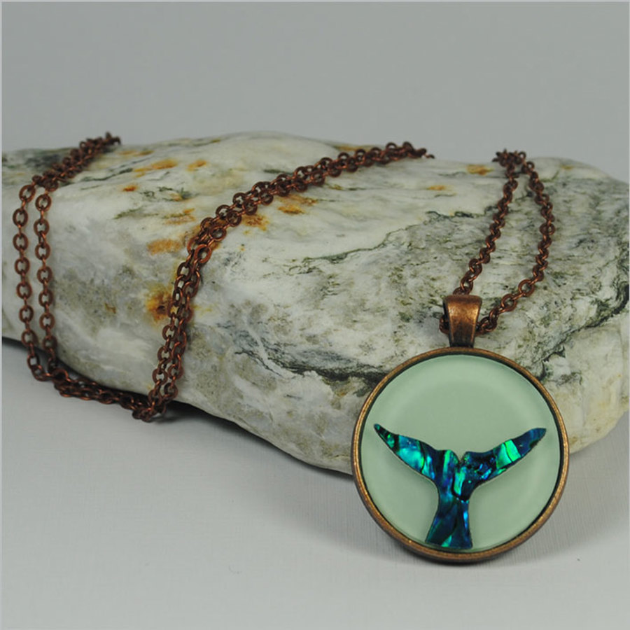 Circle Pendant Necklace: Paua Tohora green